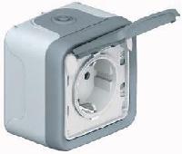55875 Plexo Серый Розетка с/з с крышкой, 3К+З 32А,400В,винтовой зажим, накладная, в сборе IP55